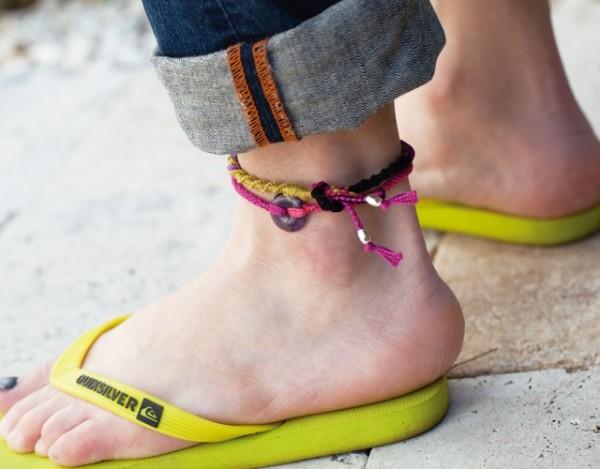 ミサンガを足首に付けて恋愛運アップ!効果的な色と場所