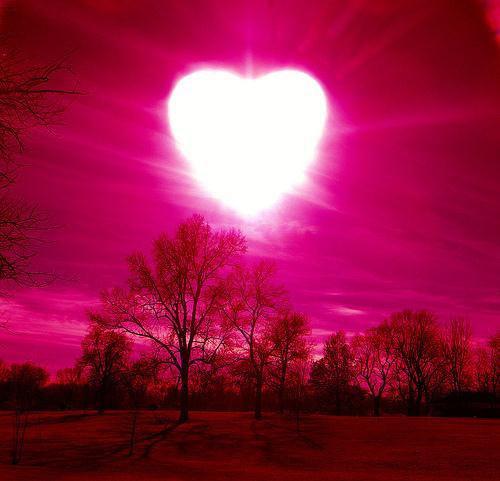 ピンク色の空とハートの太陽