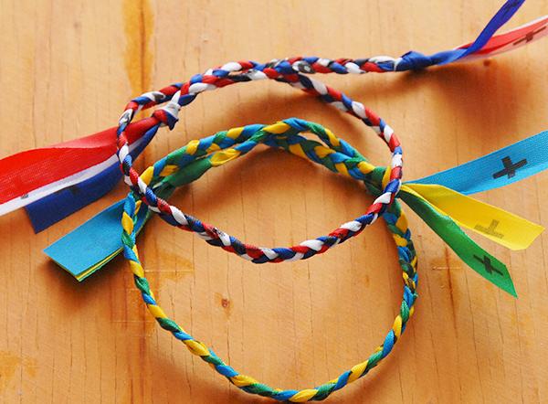 ミサンガを足首に付けよう!願いを叶える7つの色・編み方