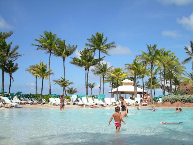 夢占い、プールで泳ぐあなたに夢が伝える7つのアドバイス