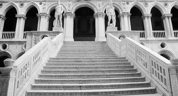 夢占いで『階段』が暗示する7つのトラブルとは?!