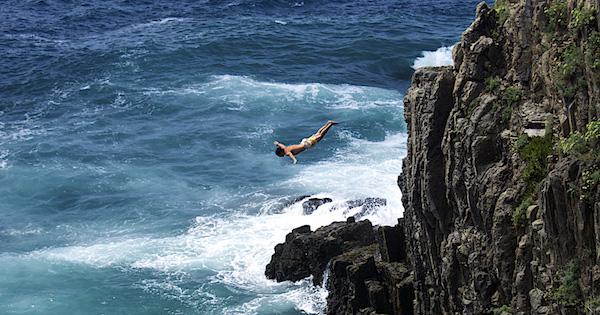 崖から落ちる夢が意味するあなたの深層心理とは