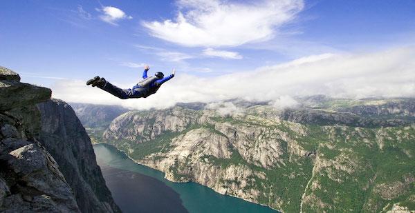 高いところから落ちる夢が意味するあなたの深層心理とは