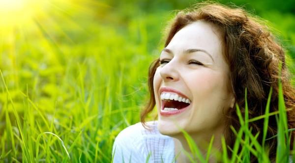 笑う夢が意味するあなたの深層心理とは