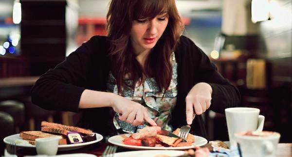 食べる夢を見た後に気をつけてほしい7つの事